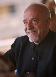 Paulo Coelho / Author: Paul Macleod / CC BY-SA (https://creativecommons.org/licenses/by-sa/3.0)