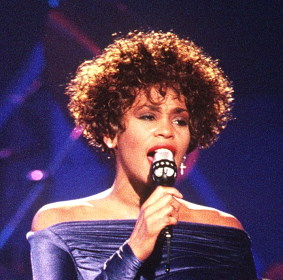 Whitney Houston / Author: PH2 Mark Kettenhofen / CC BY-SA (https://creativecommons.org/licenses/by-sa/3.0)